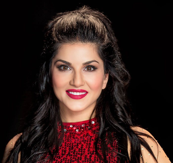 Event-photographer-shot-close-up-of-Celebirty sunny-leone-without-watermark